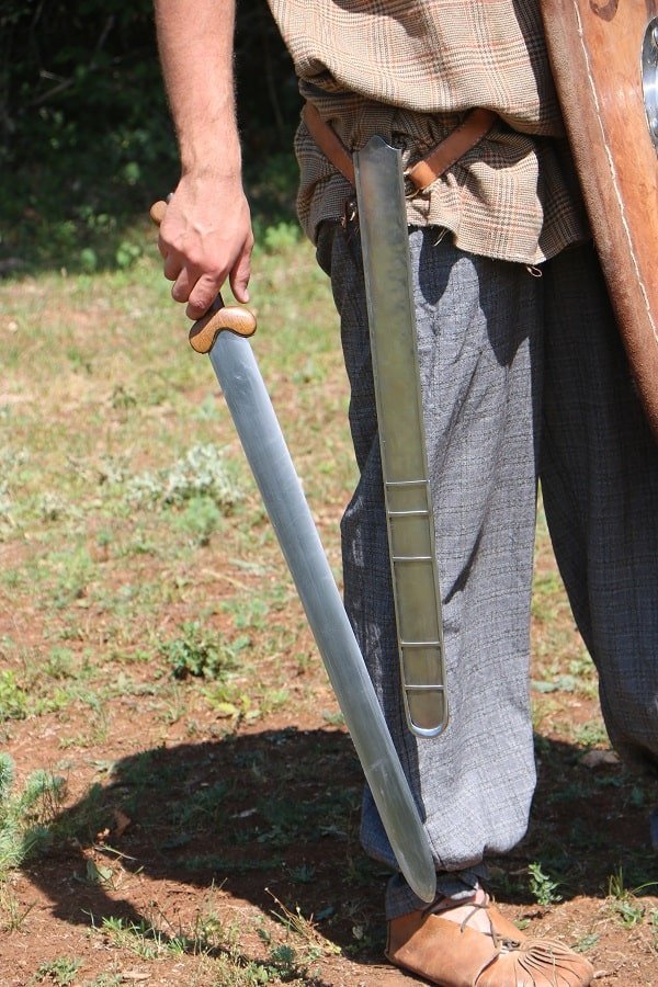 épée gauloise celte fourreau à échelle en fer Alésia